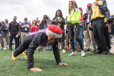 100 year old Ida Keeling does pushups